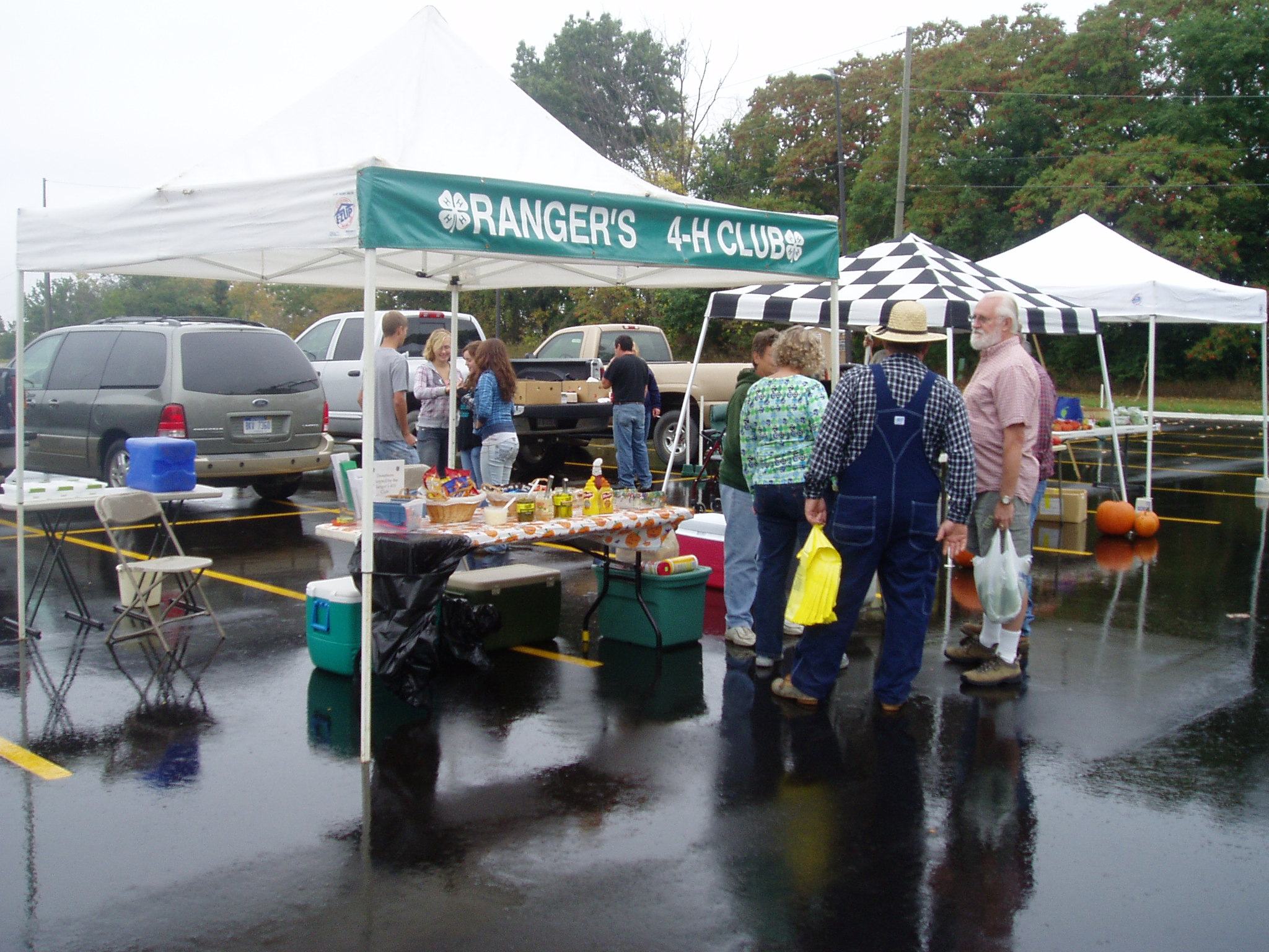 The Ranger's 4-H club offers hot food and cold drinks at the Hartland Farmer's Market.